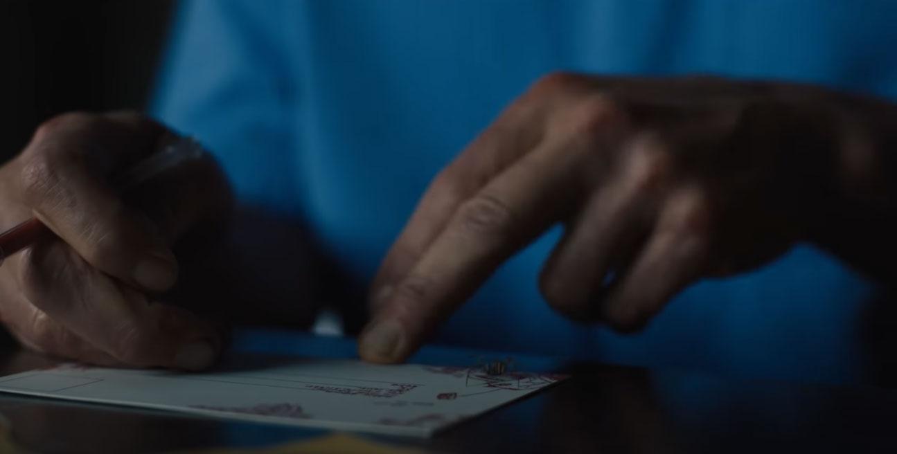 Woody Harrelson alias Cletus Kasady schiacchia un ragno