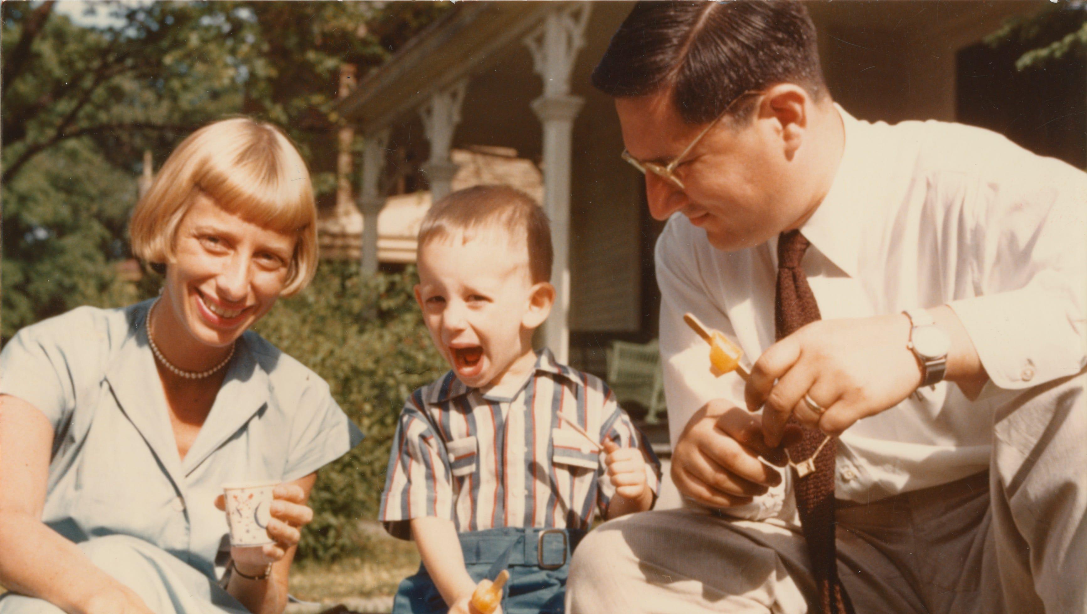 Steven Spielberg da bambino con i suoi genitori Leah e Arnold