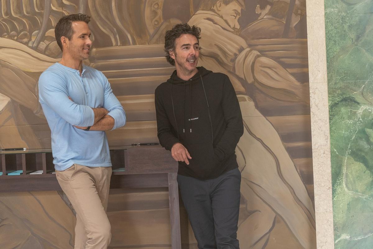 Ryan Reynolds e il regista Shawn Levy sul set di Free Guy