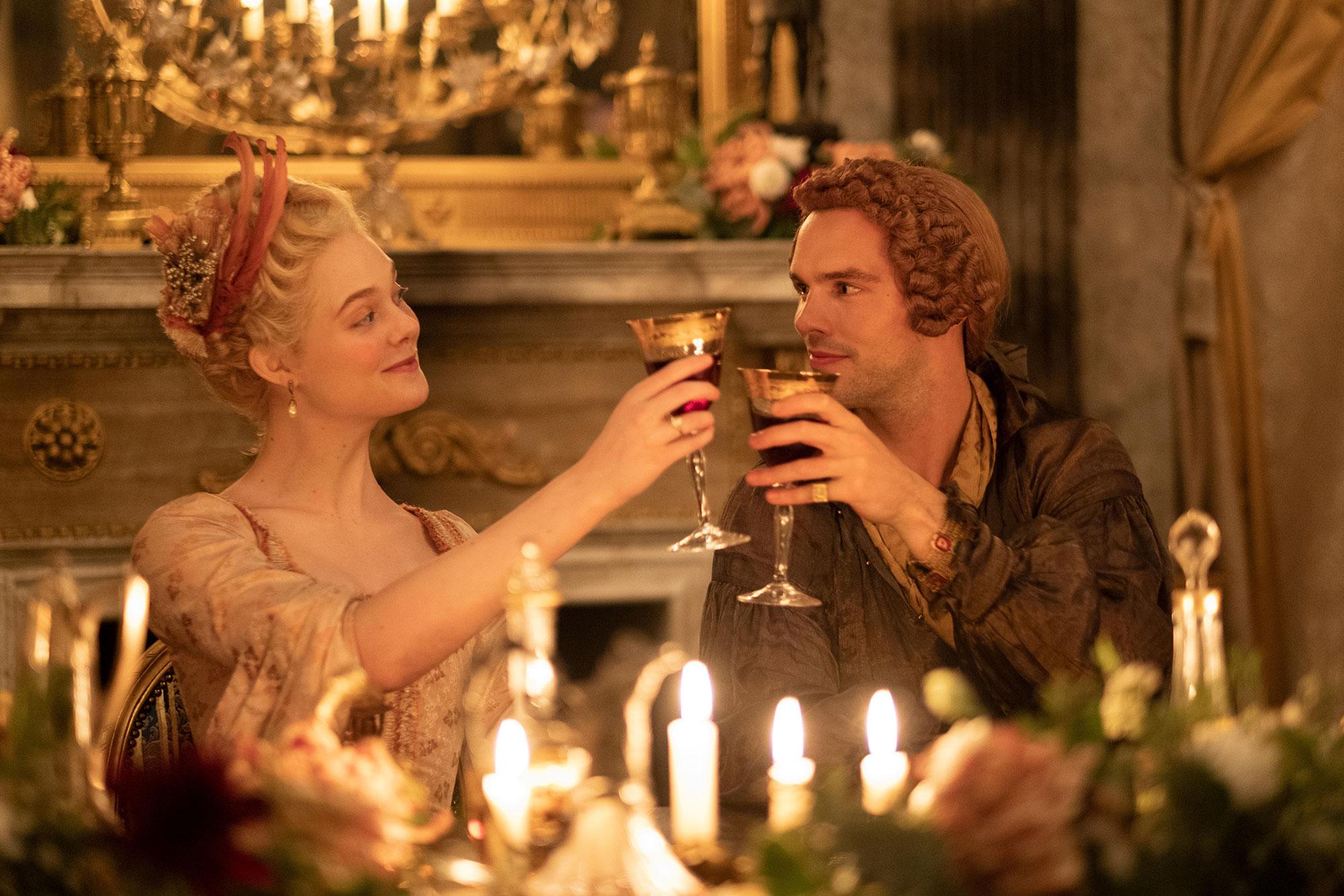 Catherine (Elle Fanning) e Peter (Nicholas Hoult)