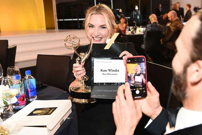 Emmy Awards 2021 vincitori: trionfano The Crown, Ted Lasso, Kate Winslet e Gillian Anderson
