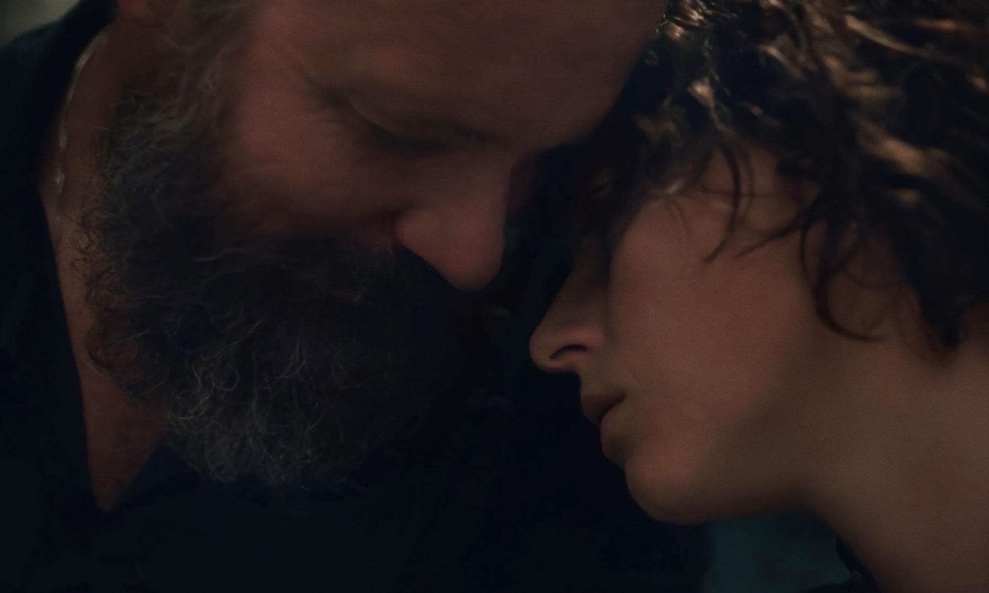Peter Sarsgaard e Jessie Buckey in uno dei flashback di The Lost Daughter